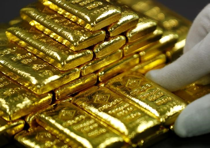 Gold jumped above $ 1,300: investors fear the future