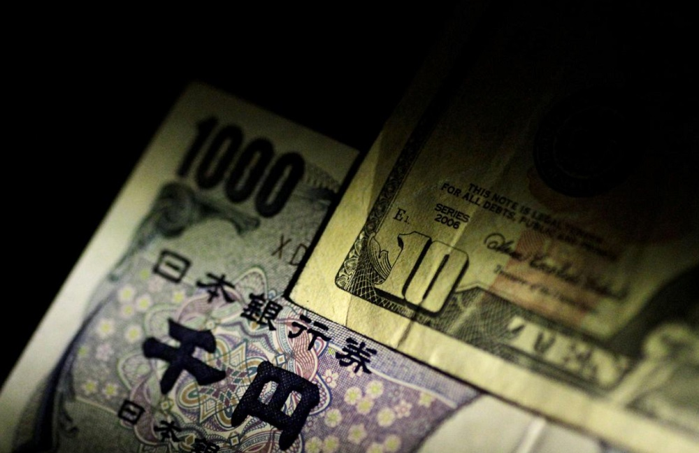 Dollar hits two-week high on yen, yuan up after China-U.S. trade call