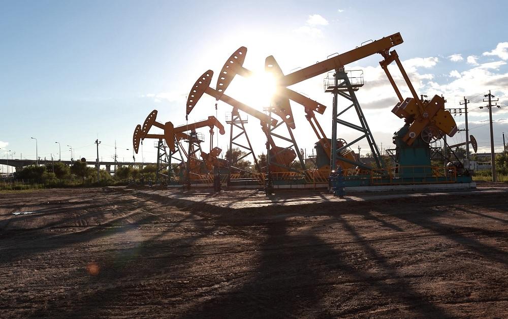 Oil drops more than 6%, breaking below $30