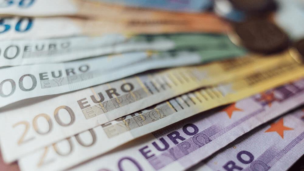 Euro struggles as U.S. deal hopes fade, COVID spreads