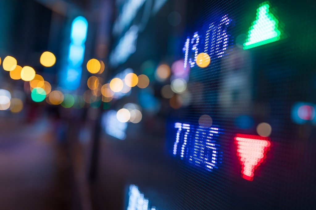 Sell-off intensifies as the Dow tumbles more than 900 points amid pandemic fears